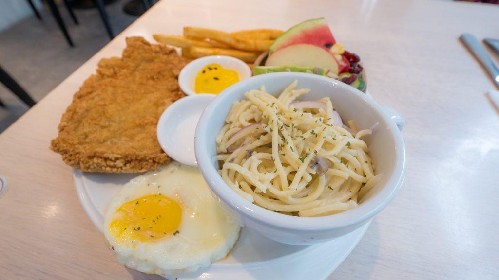 濰克早午餐清爽義式炒麵炸雞拼盤